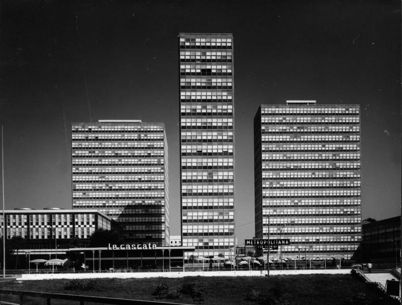 Nuova sede del Ministero delle Finanze all'Eur di Cesare Ligini: veduta frontale dell'intero complesso, Roma 1957-1963. L'opera è composta da cinque edifici tutti comunicanti tra di loro attraverso un corpo di collegamento (Archivio centrale dello Stato)